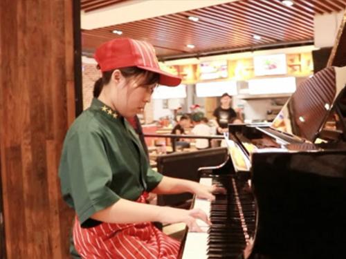 大学餐厅女服务员自学钢琴